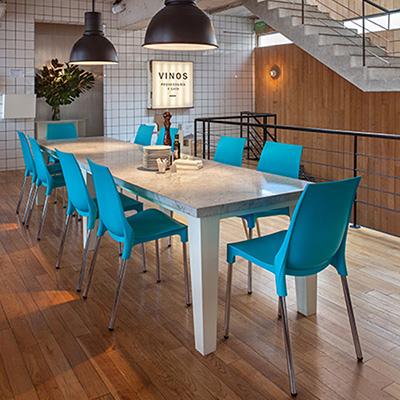 cadeira-plastica-fixa-lola-soline-moveis-ambiente-azul-400