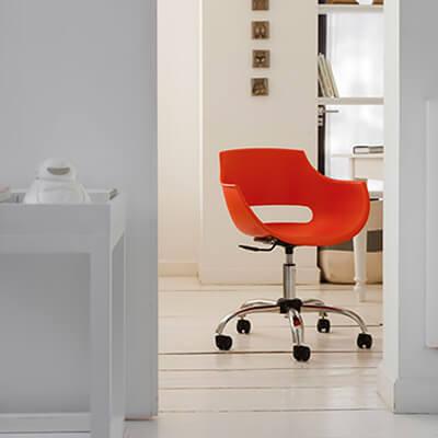 cadeira-plastica-giratoria-frida-soline-moveis-rossi-ambientada-400