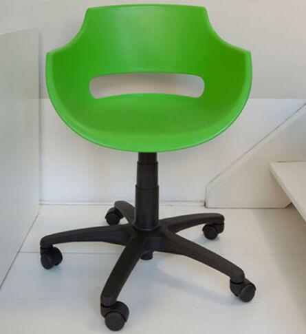cadeira-plastica-giratoria-frida-soline-moveis-rossi-ambientada-verde-600