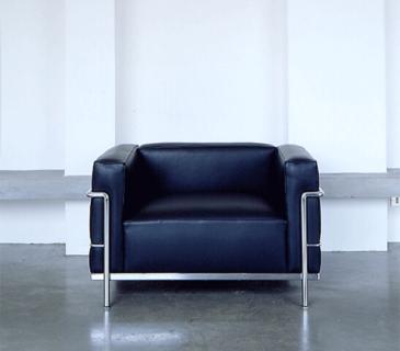 poltrona-le-corbusier-lc3-feminina-ambientada-600