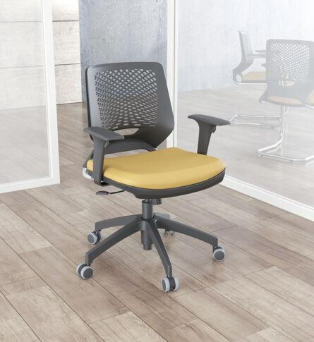 PX-cadeira-beezi-piramidal-regulavel-amarelo-preto-cromado-ambientada
